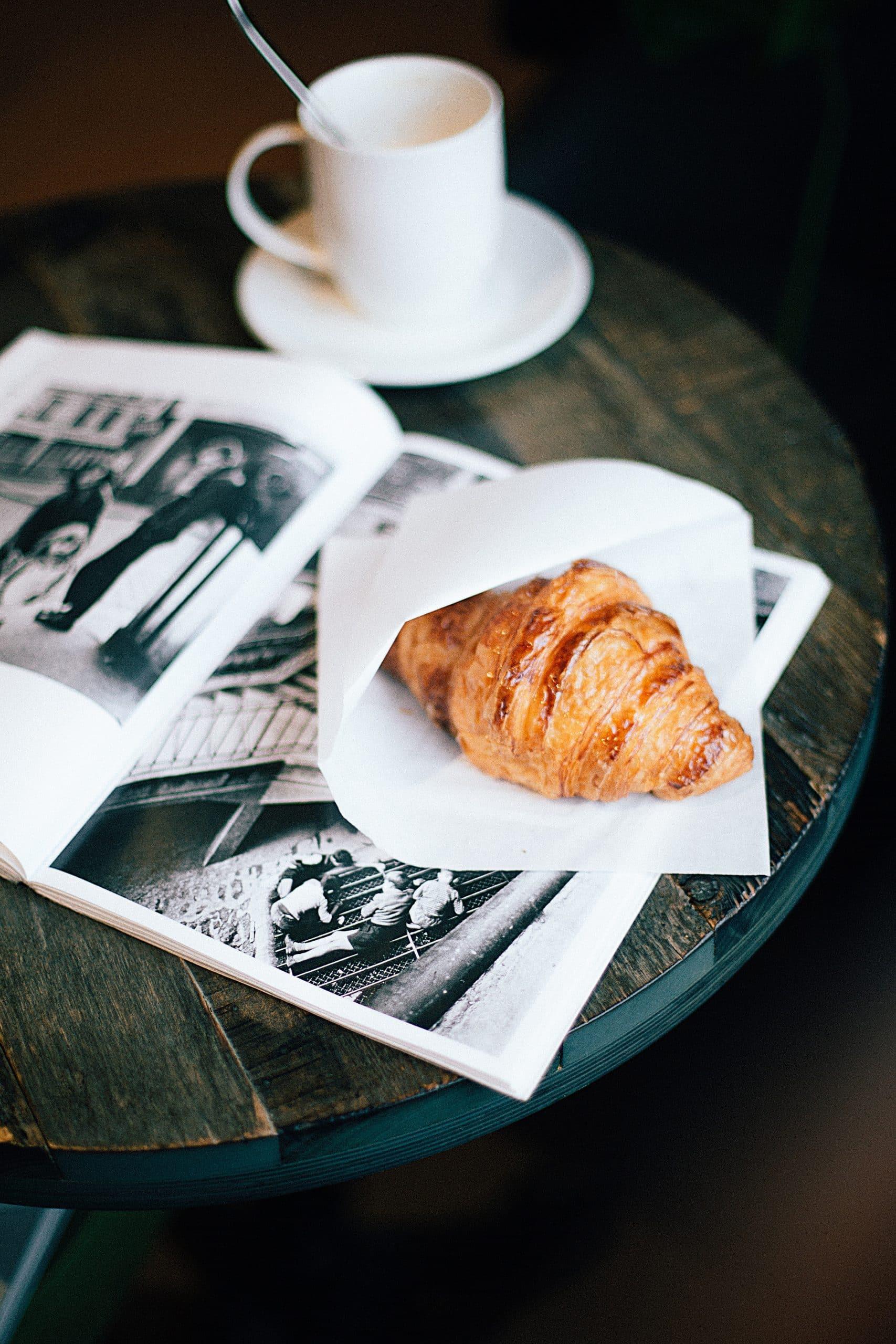 croissant à Paris dans un café