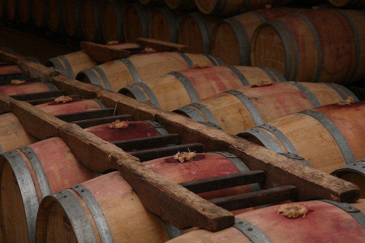Fût de vin rouge Bordelais en cave