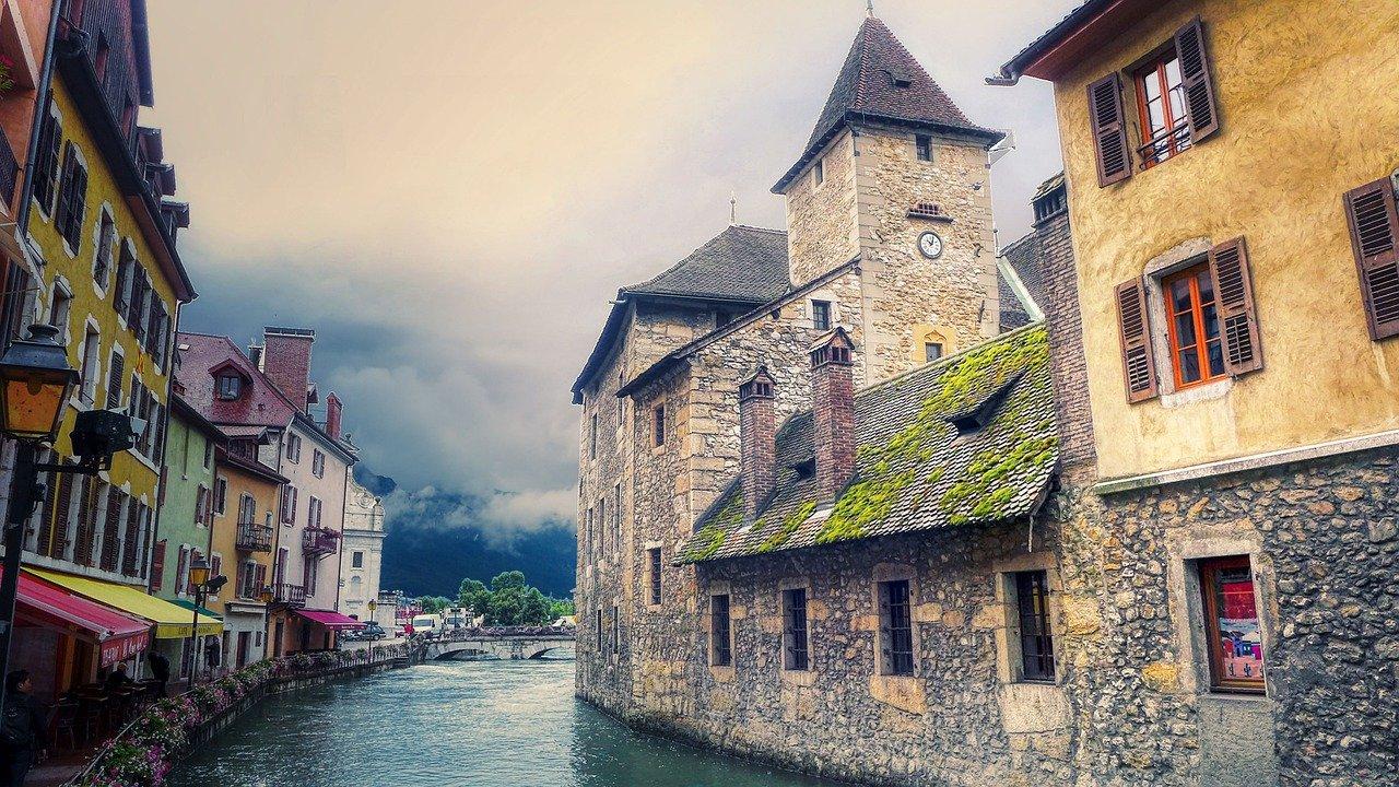Palais de l'Isle à Annecy et rivière du Thiou