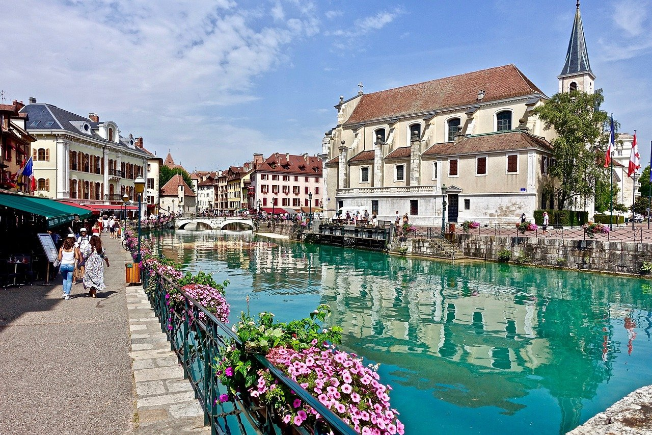 Ville d'Annecy et rivière du Thiou