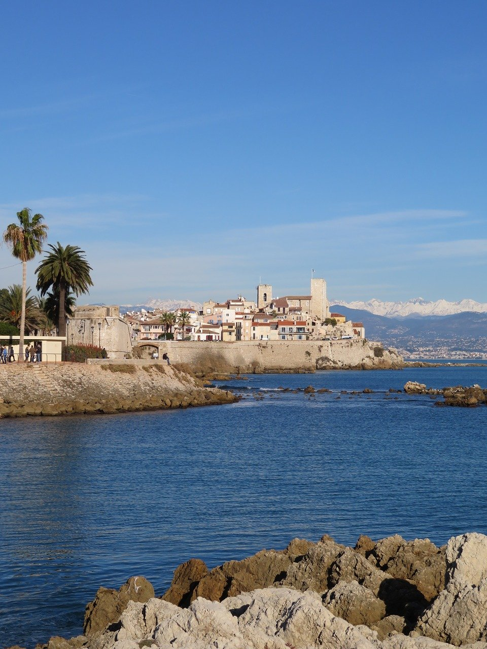 Vue sur la mer et le château Carré depuis les côtes des plages d'Antibes